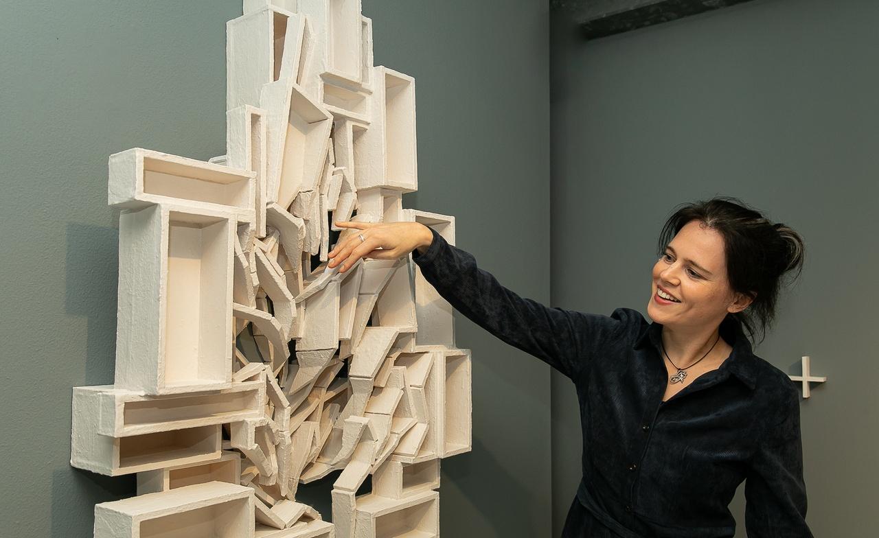 Scuulptuur 'Onthechting' van Elise van der Linden is te zien in het Mondriaanhuis.