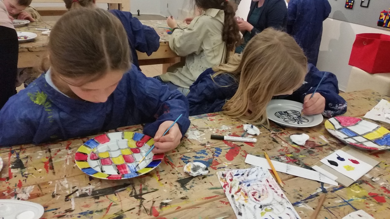 workshop Mondriaanservies schilderen 1.jpg