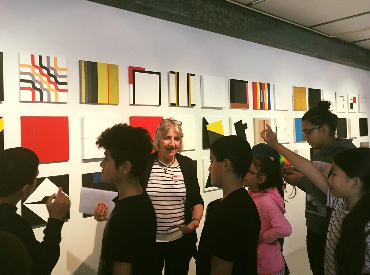 Jongeren volgen een training rondleiden in het Mondriaanhuis.jpg