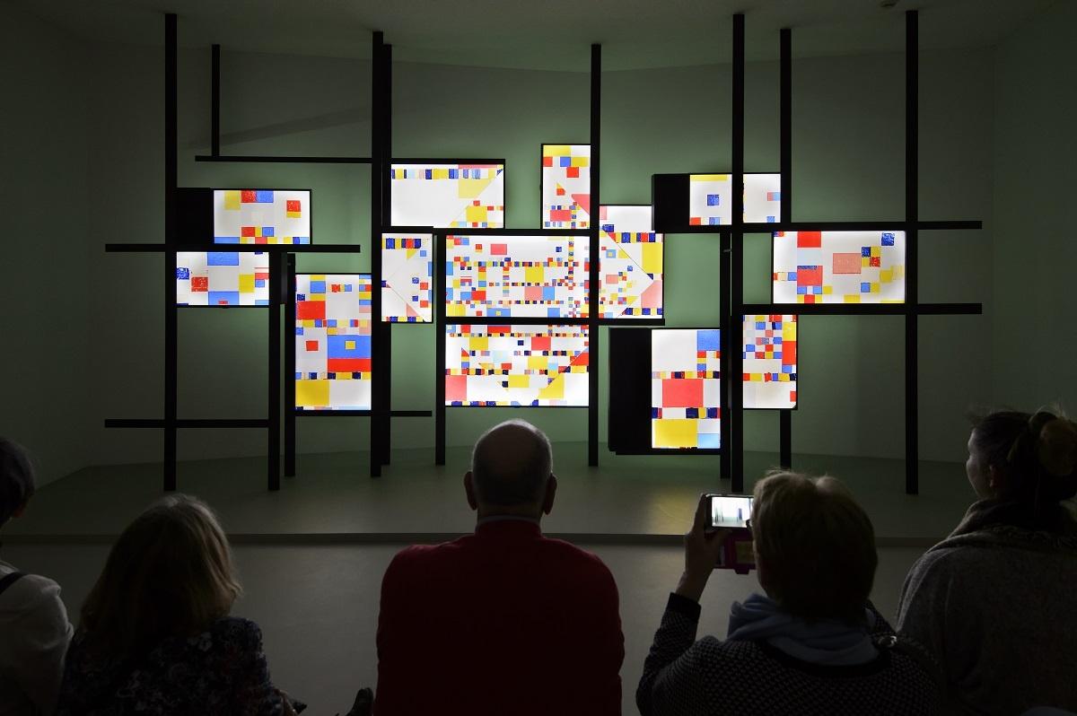Mondriaanhuis video-installatie tijdlijn fotograaf Mike Bink.jpg